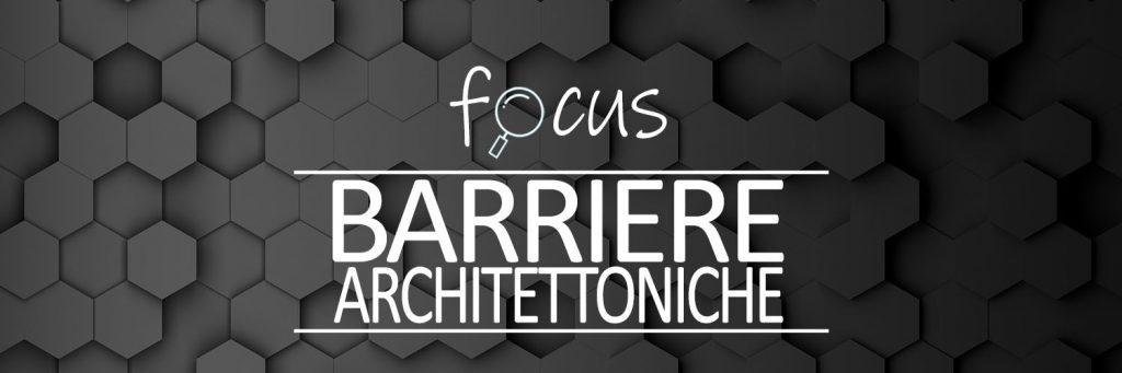 Immagine con la scritta focus barriere architettoniche su sfondo nero